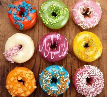 Donuty - przepis, jak zrobić na kolorowe pączki z dziurką [WIDEO]
