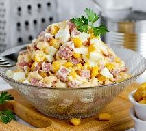 Nieziemska sałatka z kiełbasy, jajek, sera i kukurydzy w 10 minut