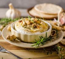 Pieczony ser camembert z ziołami i orzechami - błyskawiczna przekąska dla gości