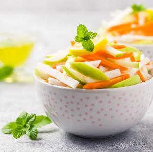 Detoks warzywny: surówka z rzodkwi, marchwi i jabłek