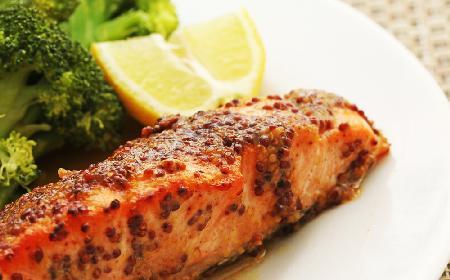 Łosoś w panierce z gorczycy - przepis na pyszne danie w 20 minut