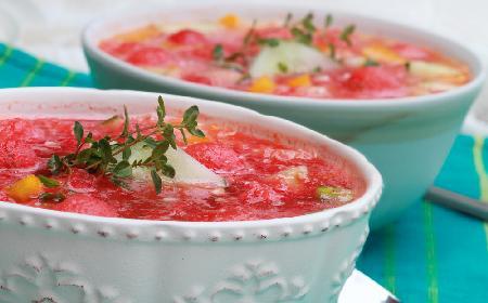 Chłodnik arbuzowy z makaronem na pyszny letni obiad