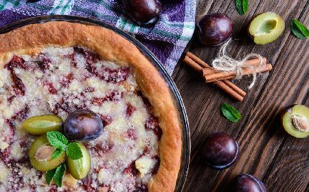 Placek drożdżowy ze śliwkami: najłatwiejszy przepis na szybkie ciasto z owocami