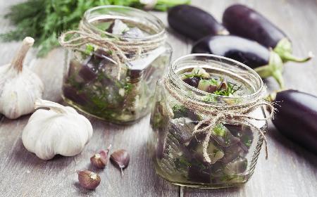 Bakłażany w zalewie miodowej: przepis na bakłażany w oliwie