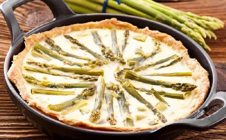 Prosta quiche ze szparagami - szybkie danie z piekarnika