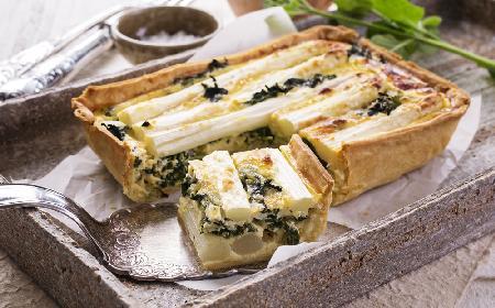 Tarta orzechowa z nadzieniem szpinakowym i białymi szparagami [bezglutenowa i wegetariańska]