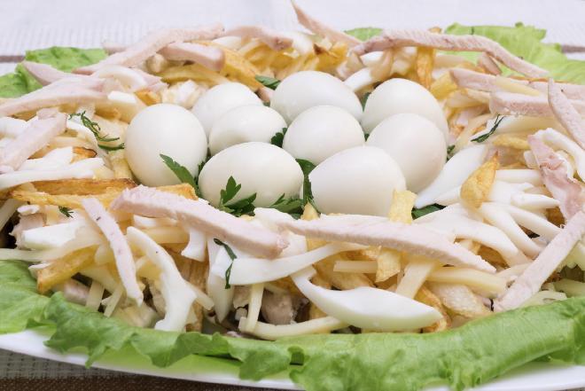 Salatka Z Jajkami Przepiorczymi I Kurczakiem Na Wielkanoc I Nie