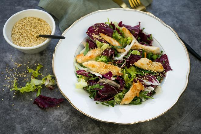 Sałatka z kurczakiem w sezamie i serem camembert: przepis