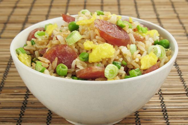 Ryż z białą kiełbasą i zielonymi warzywami