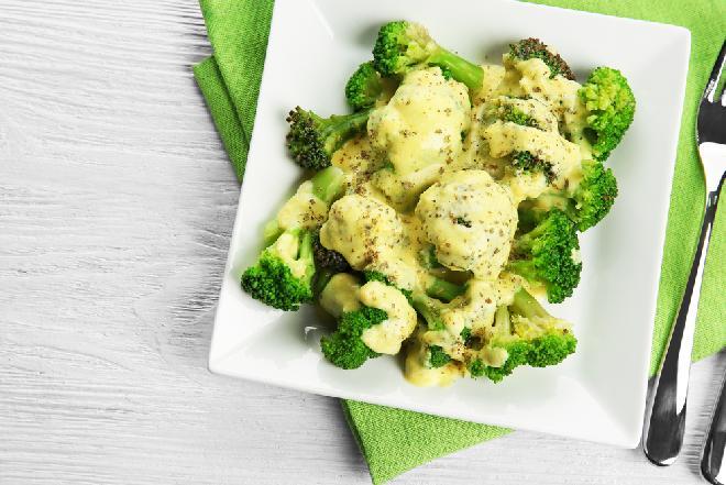 Doskonałe brokuły w sosie twarożkowo-czosnkowym