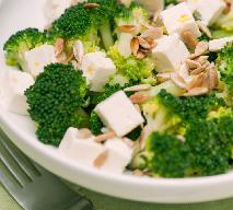 Znakomita sałatka brokułowa z serem feta