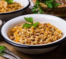 Kasza pęczak z mielonym mięsem i warzywami: tani i sycący obiad, lepszy niż risotto