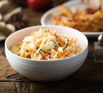 Soczysta surówka kapuściana z marchwią i jabłkami: łatwy przepis na zdrową porcję warzyw