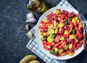Letni bigos z cukinii i papryki w 30 minut: jeden składnik nada mu pikantny smak