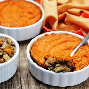 Gulasz z soczewicy i grzybów zapiekany pod puree ze słodkich ziemniaków