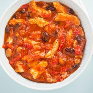 Paski z piersi kurczaka duszone z papryką i fasolą: ekspresowy gulasz do ryżu lub makaronu