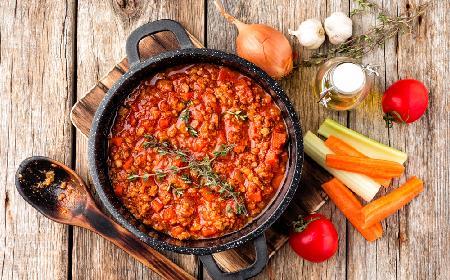 Spaghetti bolognese - najprostszy przepis na boloński sos do makaronu [WIDEO]