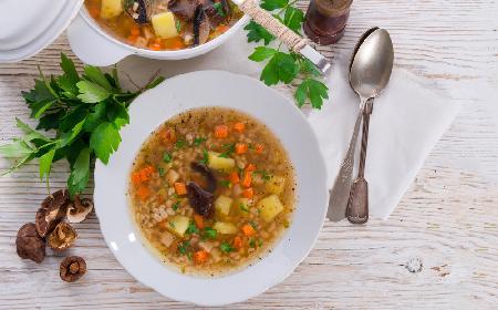Domowy krupnik: przepis na tradycyjną zupę z kaszy jęczmiennej [WIDEO]