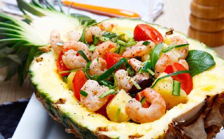 Kubańska sałatka w ananasie według Magdy Gessler