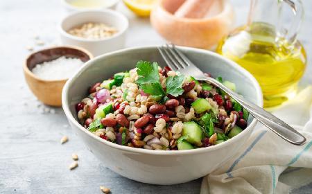 Sałatka z pęczaku: przepis na sałatkę z kaszą i warzywami