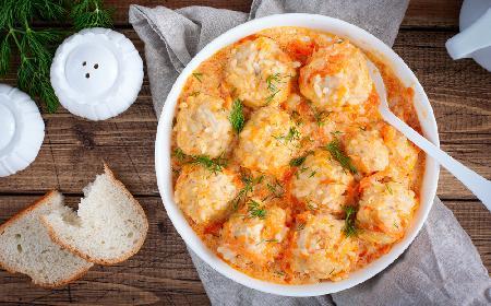Klopsiki drobiowe z ryżem w sosie pomidorowo-śmietanowym