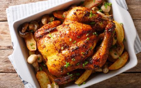 Zagrodowy kurczak pieczony z ziemniakami i pieczarkami: rozpływający się w ustach obiad rodzinny