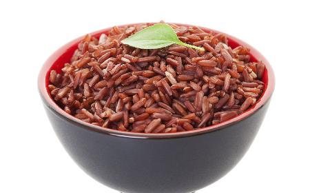 Sałatka z tuńczykiem i czerwonym ryżem: przepis