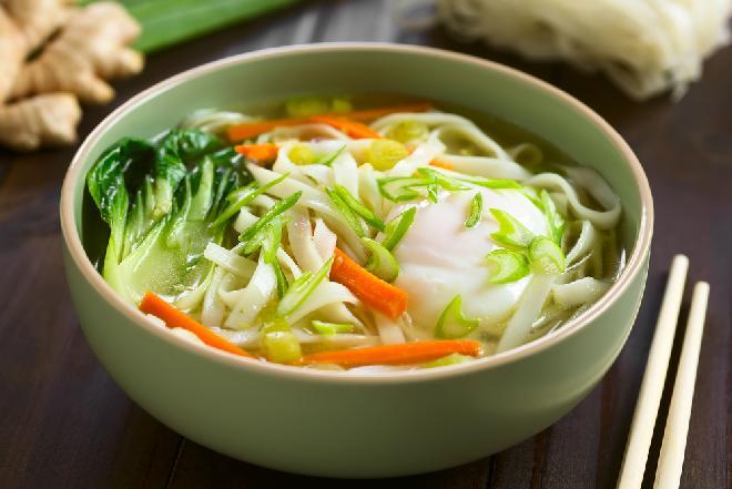 Rozgrzewająca zupa pak choi z makaronem i trawą cytrynową