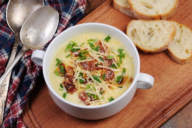 Zupa serowa z porem i skwarkami