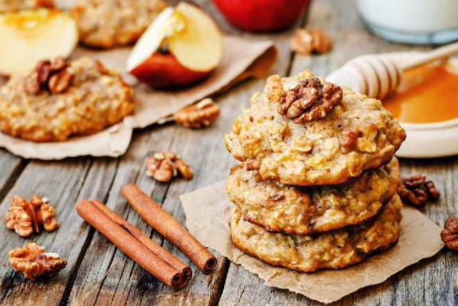Owsiane ciastka z jabłkami i orzechami: przepis na łatwe, pyszne i chrupkie ciasteczka