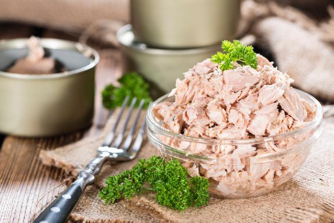 Sałatka z tuńczykiem na szybko: przepis na świąteczne last minute dla opornych