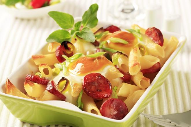 Zapiekanka chłopska z makaronem i kiełbaskami