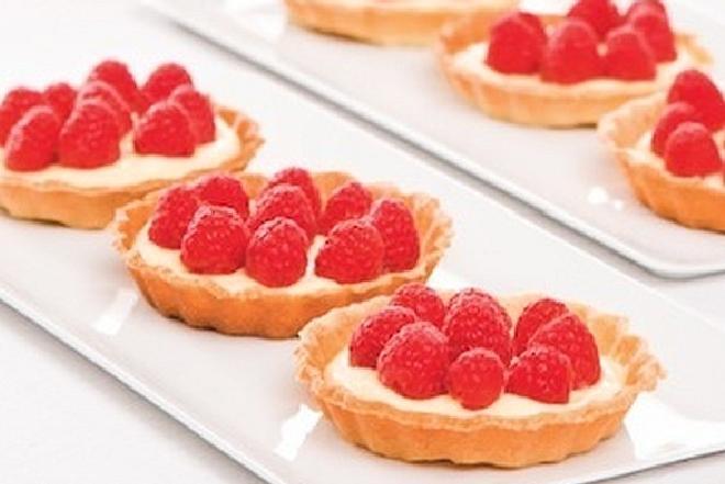 Minitarty z malinami: przepis na ciasteczka z owocami