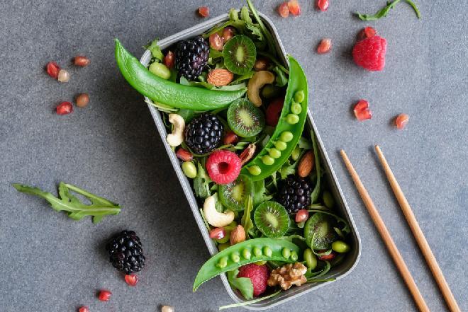 Przepis na sałatkę z rukolą, groszkiem cukrowym, owocami jagodowymi i świeżą miętą