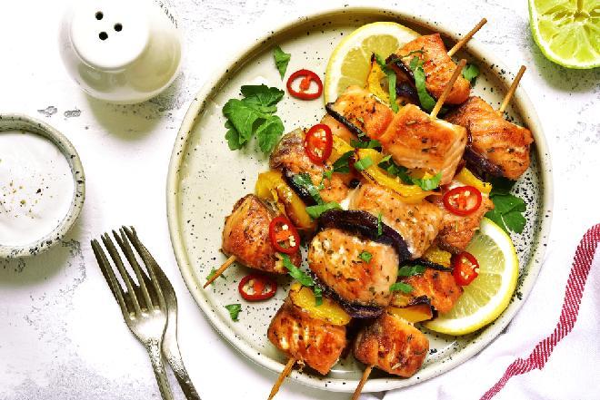 Szaszłyki z ryby i warzyw: danie z grilla dla wegetarian